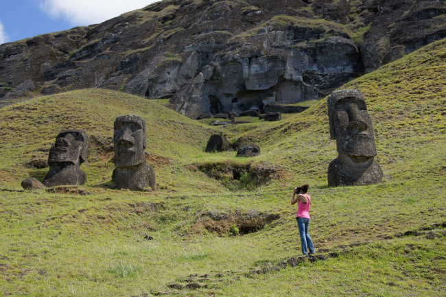 tourists Easter Island - Alamy - DSC-NT0517 01