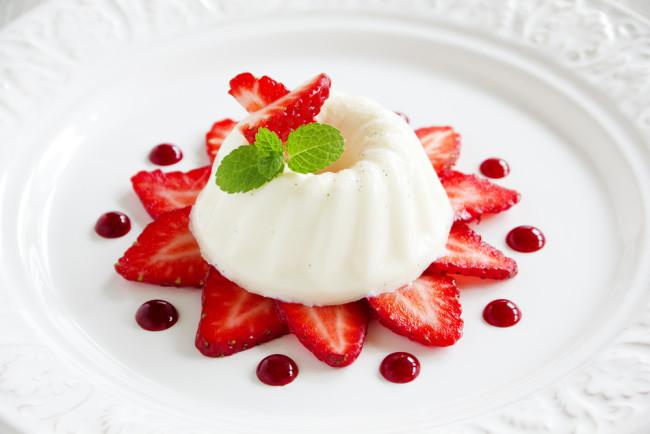 Strawberry blancmange - shutterstock 181477289