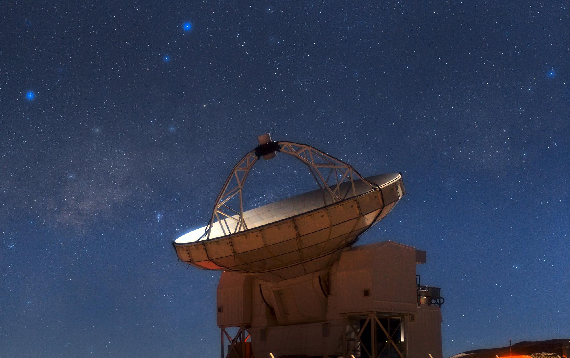 APEX Telescope Los físicos todavía están investigando la relatividad general de Einstein para detectar defectos, ahora en escalas cósmicas