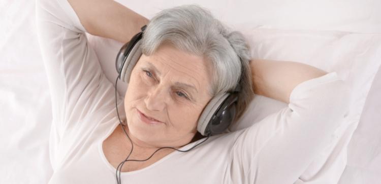 kvinde med hovedtelefoner
