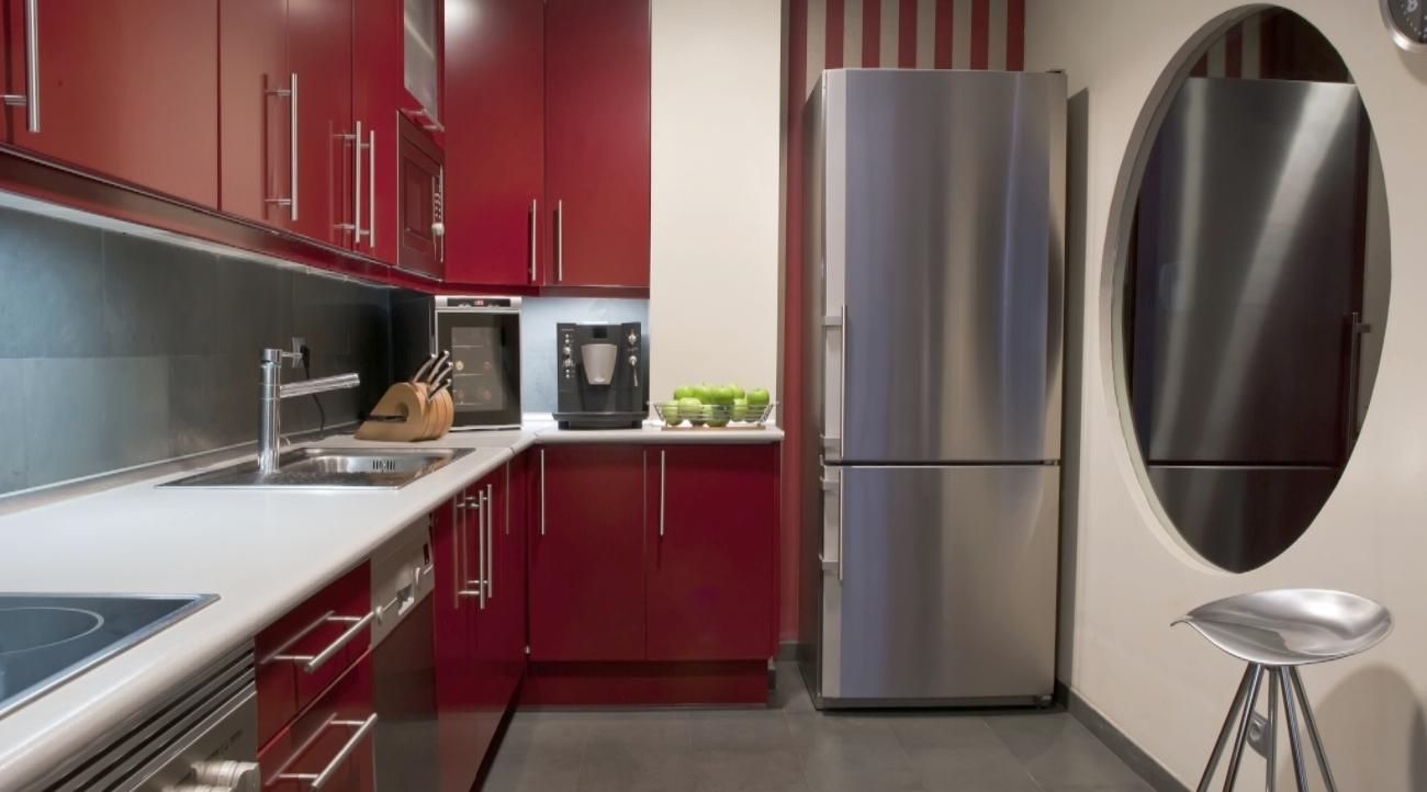 Køkken med fritstående køleskab