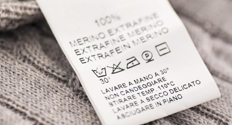 Tar du en kikk på vaskeanvisningen står det som oftest at ull alltid skal vaskes på håndvask, eller ullprogram.