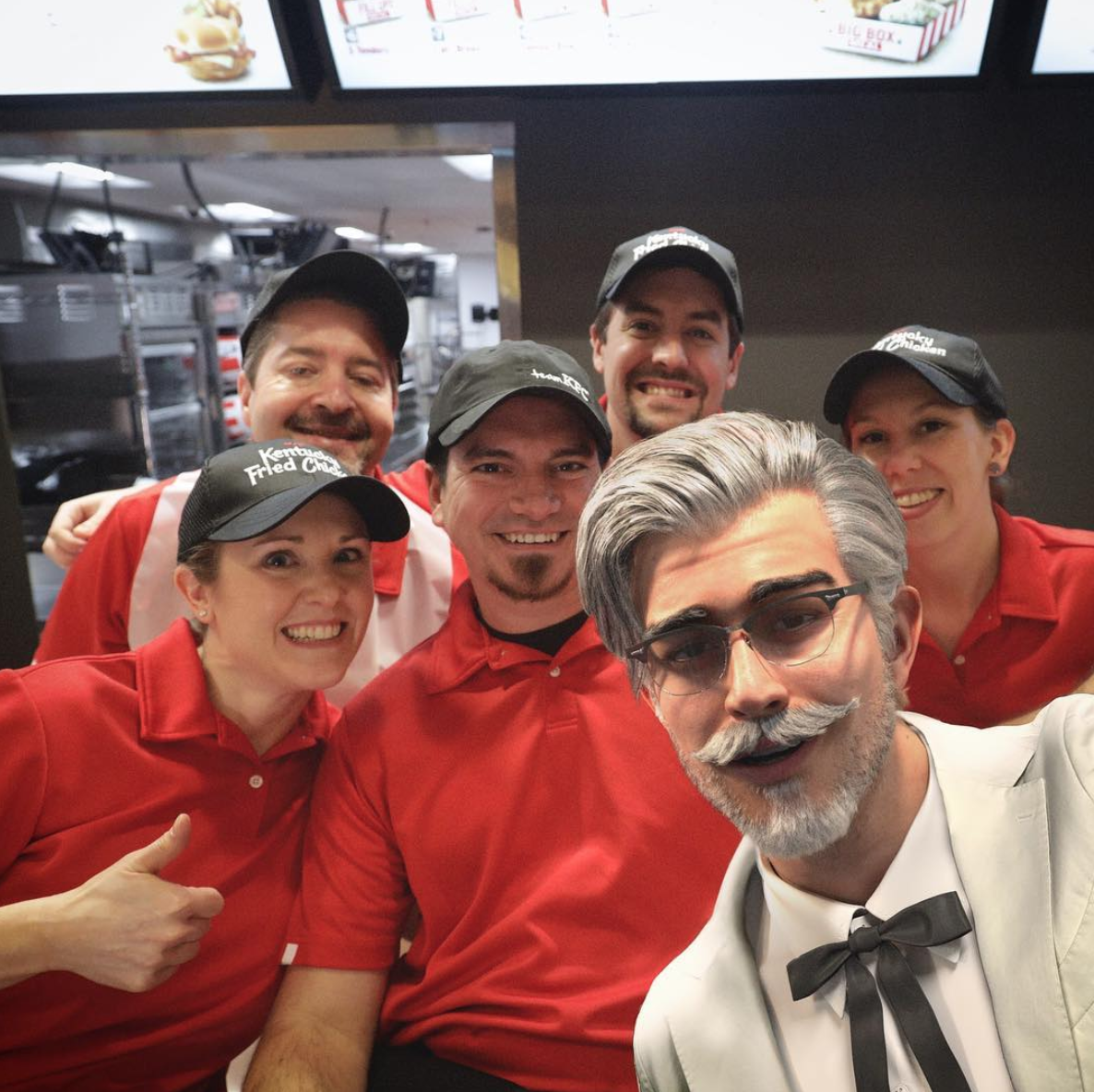 Virtual Influencer - Colonnello Sanders con lo staff KFC