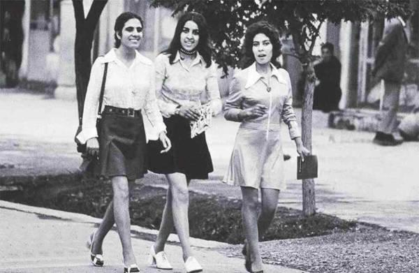 Trzy kobiety spacerujące po ulicach Kabulu, 1972