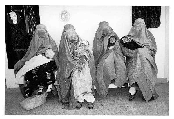 Zdjęcie kobiet w Afganistanie, wykonane przez Christine Spengler w 1997 roku