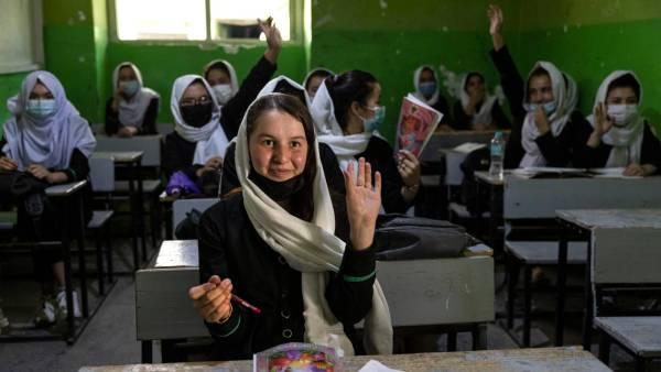 17-letnia Zinat Karimi podczas lekcji w liceum, w Kabulu (lipiec 2021). Zdjęcie: Paula Bronstein /Getty Images