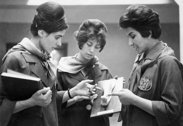 Dwie afgańskie studentki medycyny (Kabul, 1962), słuchające swojej profesorki
