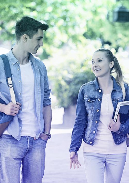 Zwei Studierende auf dem Weg zur Universität