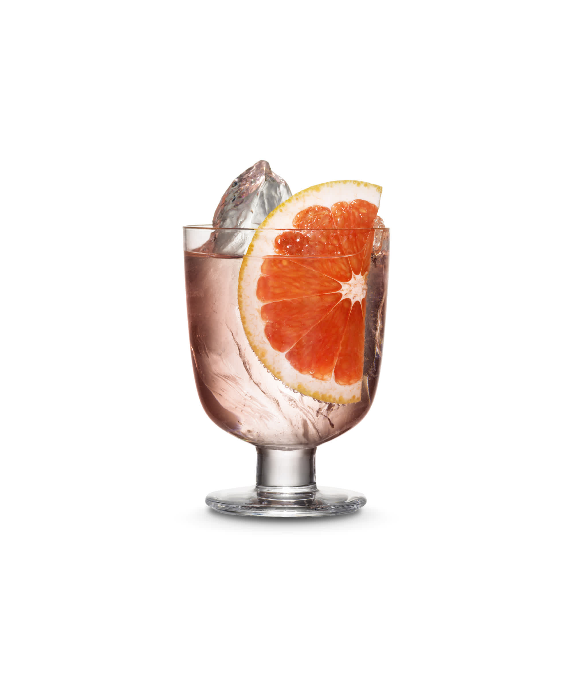 Cocktail with pink gin, tonic water and a slice of grapefruit.