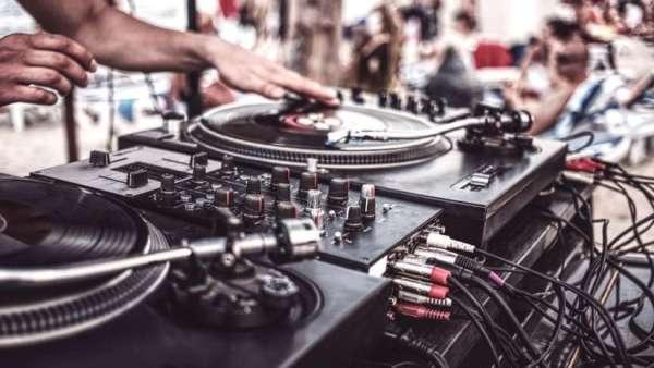 DJ Greenhorn feat Domi Riot