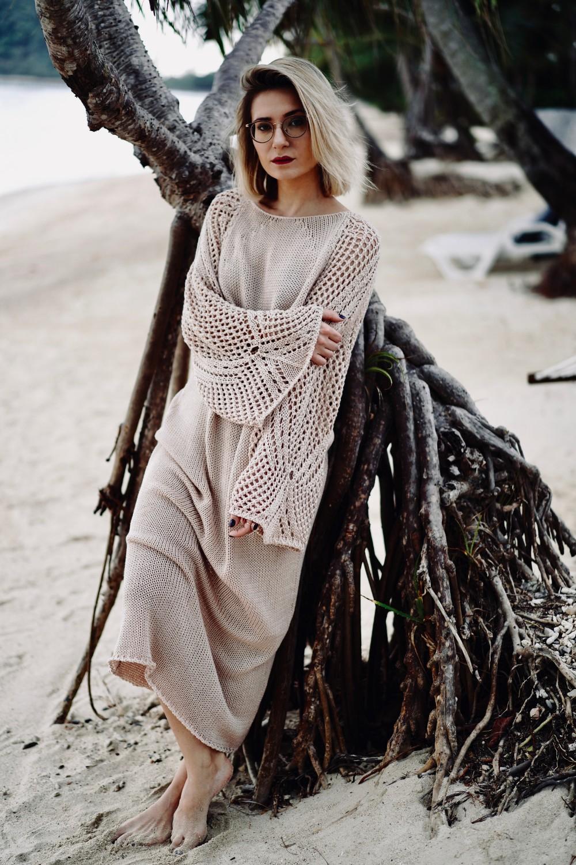 sukienka-z-azurowymi-rekawami