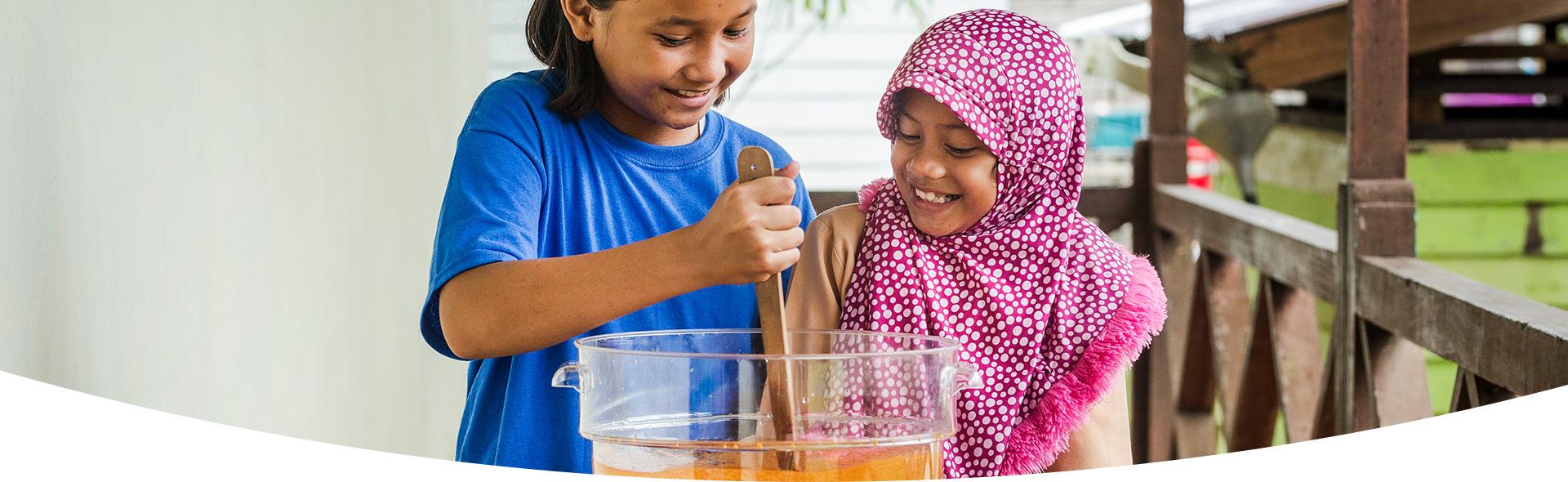 Las niñas comienzan a limpiar el proceso de agua