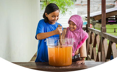 Filles commençant le processus de purification de l'eau
