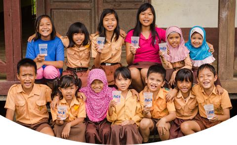 Enfants montrant de l'eau purifiée