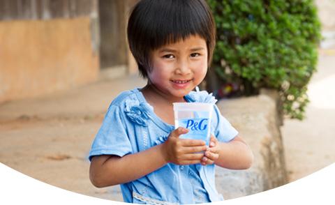 Mädchen halten sauberes Wasser Tasse
