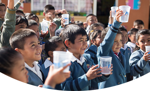 CSDW mitra anak anak menunjukkan air yang dimurnikan