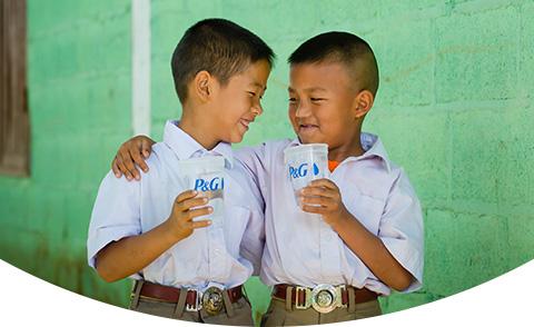 glückliche Kinder, die saubere Wasserbecher zeigen
