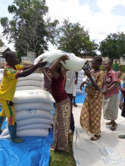 Distribution de vivres à Ndim aux personnes ayant fui la crise actuelle. ©OCHA/Odilon Nzango, Ndim, Préfecture de l'Ouham-Pendé, RCA, juillet 2021.