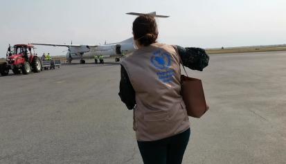 Atterrissage du premier vol humanitaire, organisé par le Programme Alimentaire Mondial, sur le tarmac de l'aéroport International Melchior Ndadaye du Burundi. ©WFP/Irénée Nduwayezu