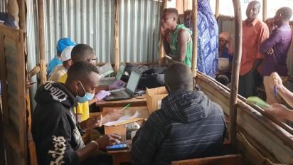 """Distribution du cash aux réfugiés du camp de Kavumu en province de Cankuzo © """"Stefan PATROI@WFP"""
