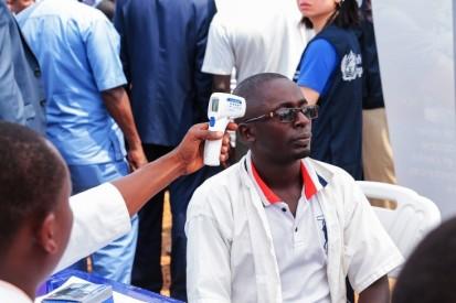 Screening session and temperature control.  © OMS Burundi/2020/Dismas Junior