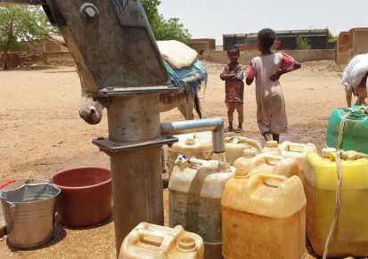 نقطة مياه بحي الجبل، بالقرب من معسكر أبو ذر في الجنينة، بولاية غرب دارفور، مايو 2021، مكتب الأمم المتحدة لتنسيق الشؤون الإنسانية (أوتشا)