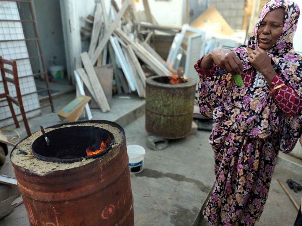 Tawerghan IDP woman making break to sell, Sport City spontaneous settlement, Benghazi (OCHA)
