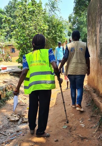 Ella Delphine, 32, walking through the Ngaragba neighbourhood to raise awareness of COVID-19 among people with disabilities. ©OCHA/Virginie Bero, Bangui, CAR, 2021.