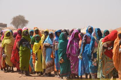 نساء في صف المساعدات في طويلة 2016، مكتب الأمم المتحدة لتنسيق الشؤون الإنسانية (أوتشا)