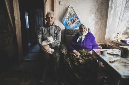 Семья в доме, который находится прямо на «линии разграничения». Фото: УКГВ ООН/Е. Малолетка.