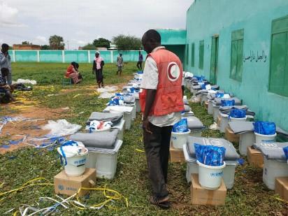 مفوضية الأمم المتحدة للاجئين وشركاؤها خلال إحدى عمليات التوزيع على المتأثرين بالفيضانات (مفوضية الأمم المتحدة للاجئين)