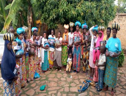 Les femmes déplacées recevant une assistance à Kirundo