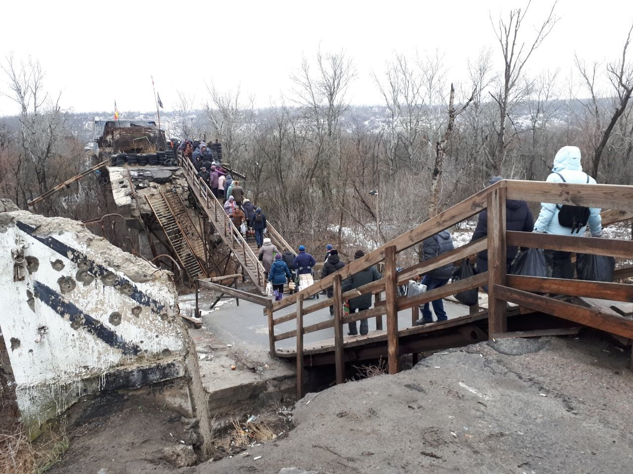 People queuing at the Stanytsia Luhanska Entry/Exit Checkpoint