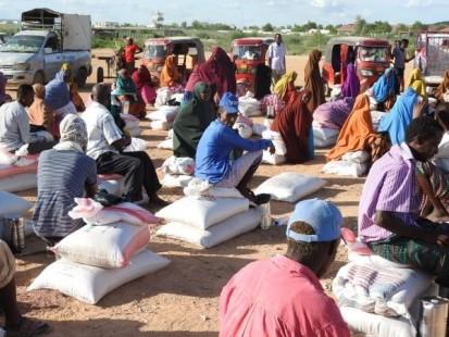 IDPs receiving humanitarian aid outside Belet Weyne town in May 2020. photo: OCHA/ Warsame