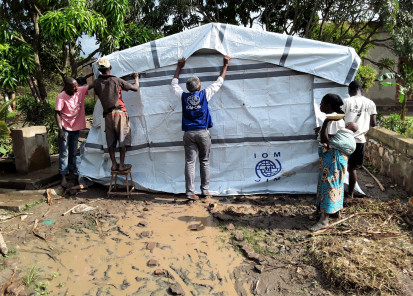 installation of a shelter by an iom staff