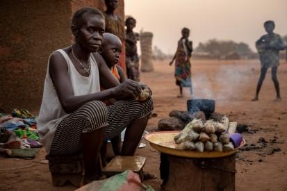 Une femme déplacée vend des bâtons de manioc, le principal aliment de base en République centrafricaine, sur un site pour personnes déplacées à Batangafo. ©OCHA/Adrienne Surprenant, Batangafo, Préfecture de l'Ouham, RCA, 2020.
