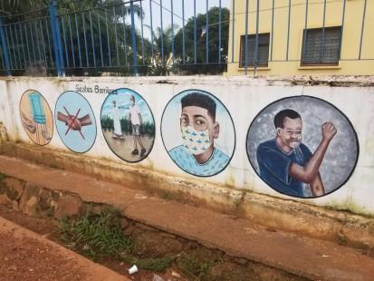 Des gestes barrières dessinés sur un bâtiment public à Bangui.