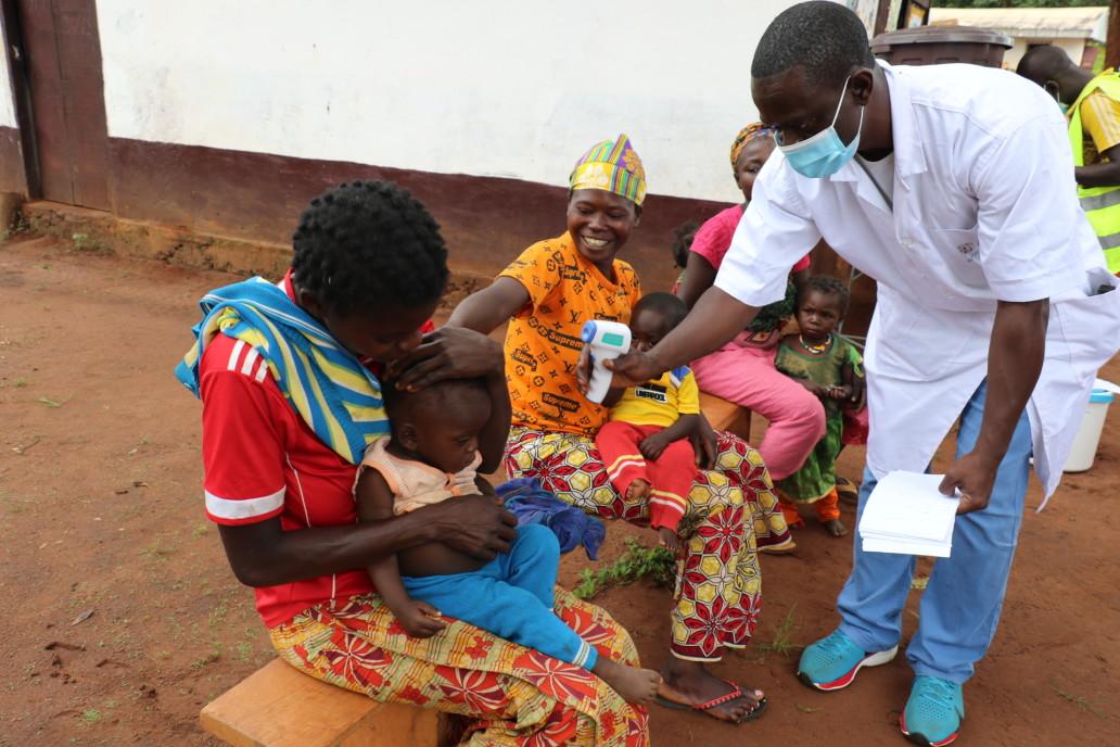 Des jeunes mères et leurs bébés bénéficient de la clinique mobile dans le village de Daté, rendue possible par une organisation humanitaire. ©OCHA/Virginie Bero, Daté, Préfecture de la Mambéré-Kadéï, RCA, 2020.