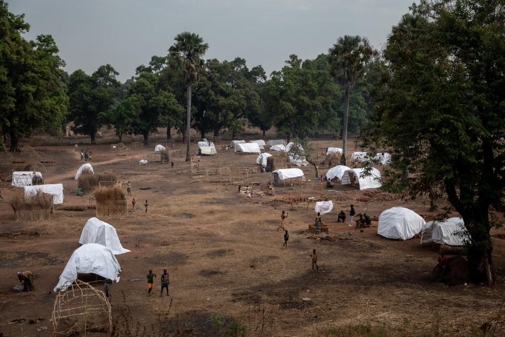 Un nouveau site avec des abris d'urgence pour les personnes déplacées suite à la dernière vague de violence commencée à la mi-décembre 2020 avant les élections générales est en train d'être mis en place. ©OCHA/Adrienne Surprenant, Batangafo, Préfecture de l'Ouham, RCA, 2021.