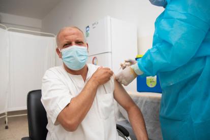A 47-year-old man receiving COVID-19 vaccine, Gharyan (UNICEF/Zakaria Thlaij)
