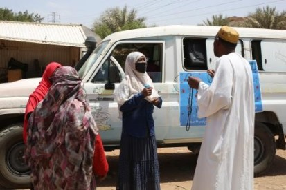 Health personnel talking to citizens about the coronavirus vaccine (UNICEF)