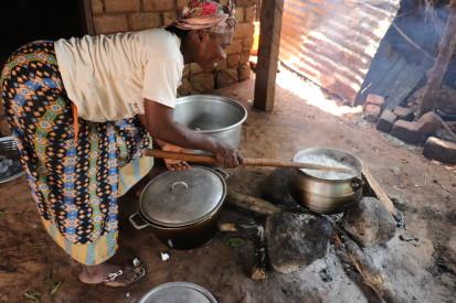 Jacqueline est l'une des bénéficiaires du projet. Avec l'appui financier, elle fait la restauration en partenariat avec d'autres femmes membres du groupement Anissa. ©OCHA/Virginie Bero, Zémio, Préfecture du Haut-Mbomou, RCA, 2020.