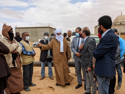 The IDP community in Awal, Libya, welcoming the Inter-Agency Monitoring Mission (OCHA/Jennifer Bose Ratka)