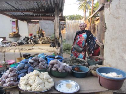 Une subvention a permis à Blanche, une jeune commerçante, de réapprovisionner ses stocks et d'offrir à ses clients une sélection de marchandises plus variée. ©OCHA/Anita Cadonau, Bangui, RCA, 2020.