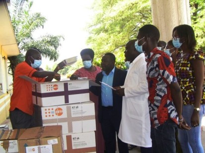 UNFPA staff demonstrating the contents of the reproductive health and personal protective equipment kits offered to ABUSAFE. © UNFPA Burundi/2020