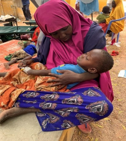 A mother tending to her child being treated for AWD in Belet Weyne Hospital. Photo. Ayub/ OCHA