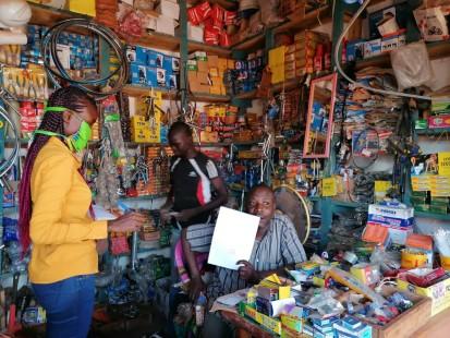 Une logisticienne humanitaire en discussion avec un fournisseur à Paoua. ©PAM/Virginie Angé, Paoua, Ouham-Pendé, RCA, 2021.
