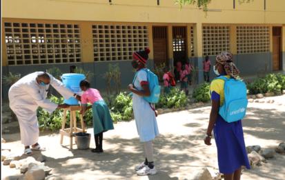 EN Maroua COVID-19 lavage des mains a l eau courante et au savon dispositif de lavage des mains mis en place par UNICEF