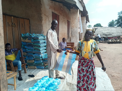 L'assistance alimentaire permet à Jeanne de nourrir ses petits-enfants, ses nièces et neveux, et son fils aveugle, et lui donne l'énergie nécessaire pour retourner aux champs. ©Solidarités International, 2021.
