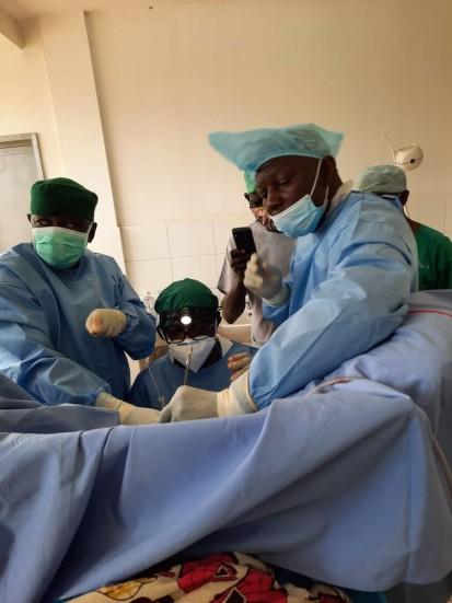 L'équipe chirurgicale mixte congolaise et centrafricaine effectue sa première opération de la fistule à l'Hôpital de l'Amitié à Bangui. ©Fondation Mukwege, 2020.